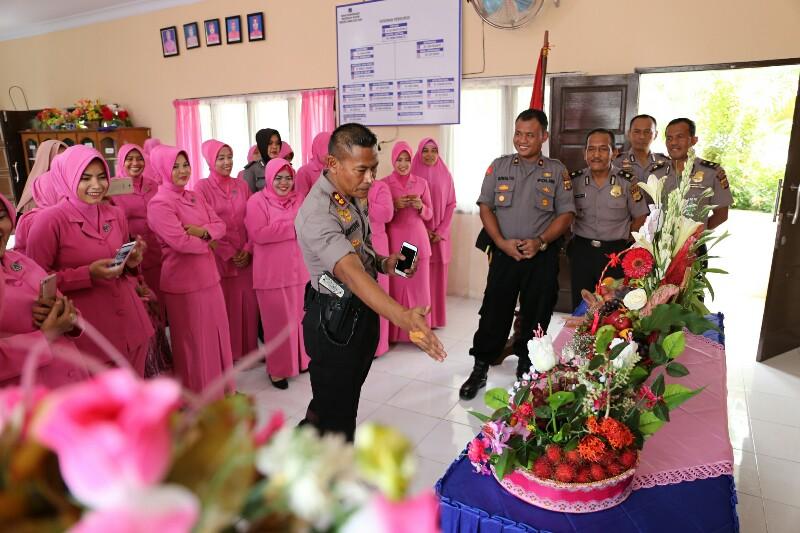 Bhayangkari Aceh Utara Ikut Lomba Kreatifitas Merangkai Buah Kombinasi Bunga