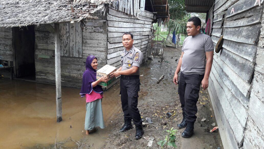 Bhabinkamtibmas Door to Door Antar Bantuan Untuk Korban Banjir