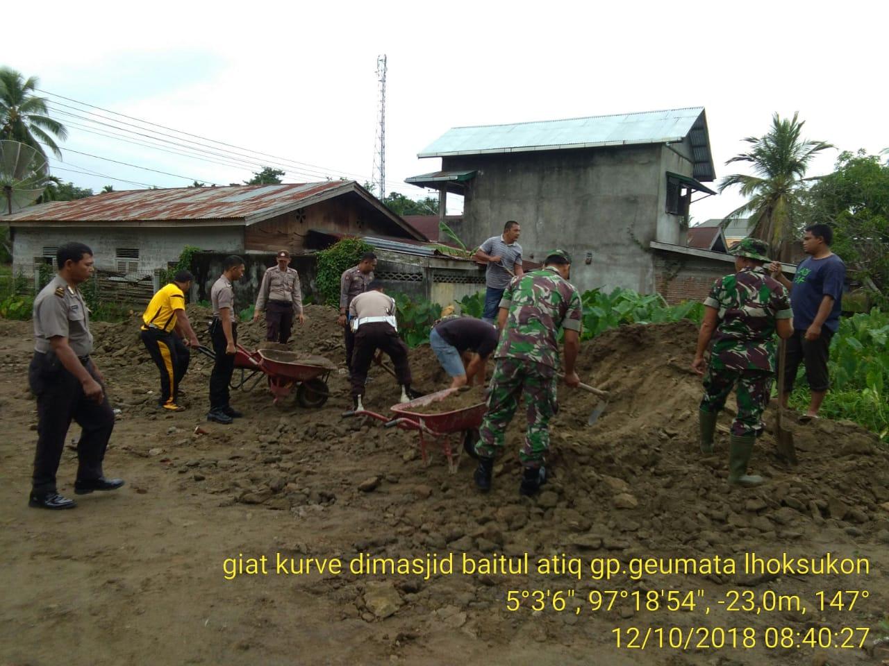 Rutinitas Jumat Pagi, Personel Jajaran Polres Aceh Utara Bersihkan Masjid