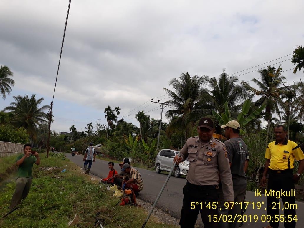 Kompak, Polisi Bersama Warga Gotong Royong Bersihkan Saluran Air di Sawah