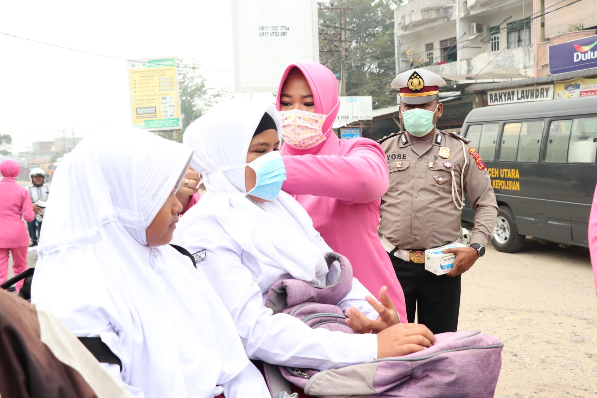 Minimalisir Dampak Kabut Asap, Polres Aceh Utara dan Bhayangkari Bagi-bagi Masker