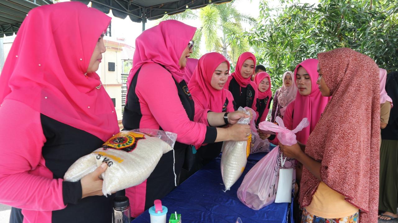 Bhayangkari Cabang Aceh Utara Gelar Pasar Sembako Murah