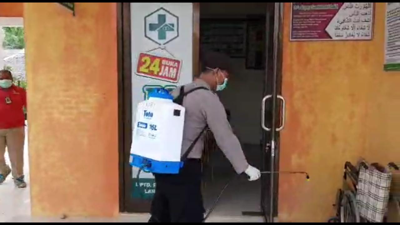 Polsek Dan Puskesmas Langkahan disemprot Desinfektan