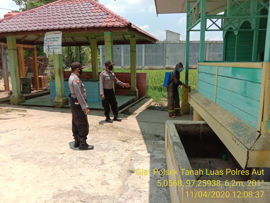 Foto : Aparatur Gampong di Tanah Luas Gandeng TNI/Polri Semprotkan Disinfektan