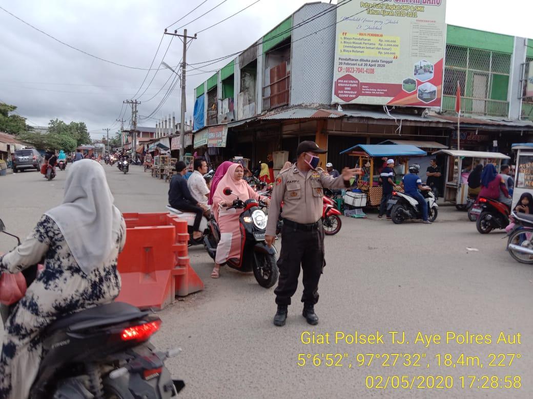Foto : Melihat Rutinitas Polisi Jelang Waktu Berbuka Puasa di Aceh Utara