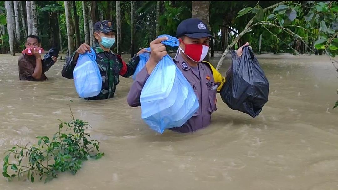 TNI-Polri Peduli, Mengarungi Banjir Antar Makanan Berbuka Puasa Buat Warga