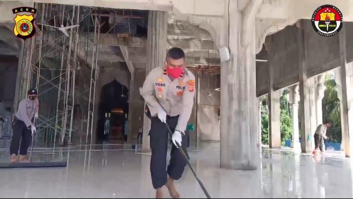 Video : Polsek Tanah Luas Bersih-bersih di Masjid An-Nur