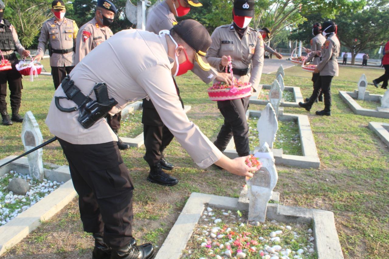 Jelang Hari Bhayangkara ke-74, Kapolres Aceh Utara Ziarah Malam Pahlawan