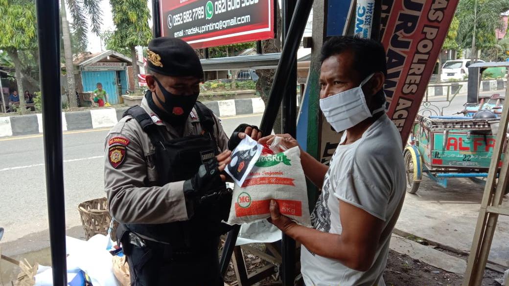 Foto : Polres Aceh Utara Peduli, Berbagi Beras dan Masker di tengah Adaptasi Kebiasaan Baru