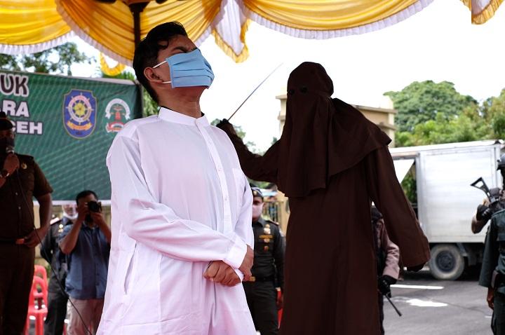 Foto : Empat Pemuda Dicambuk Ratusan Kali di Kantor Kejari Aceh Utara