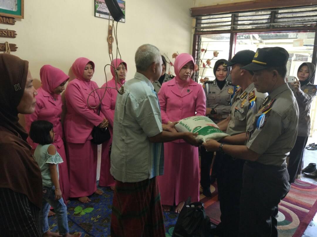 Sambut HUT Bhayangkara ke 71, Polres Aceh Utara Anjangsana Ke Rumah Anggota Yang Sakit