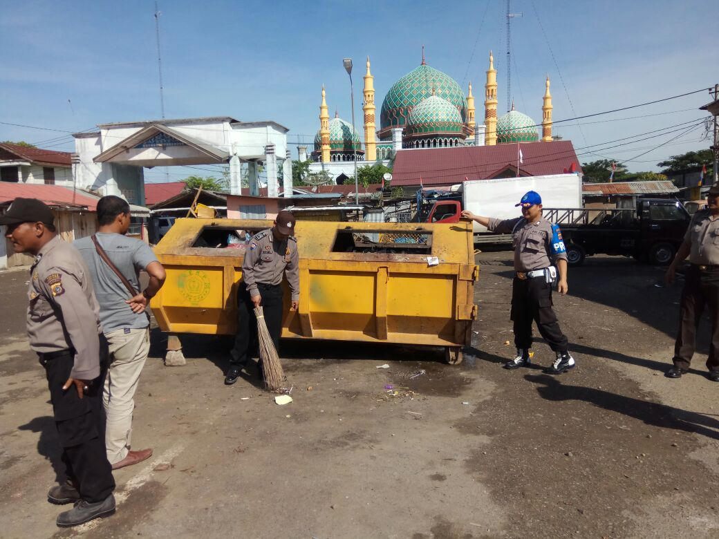 Atensi Kapolres Aceh Utara, Personel Polsek Bersihkan Sampah Di Kawasan Terminal Panton Labu