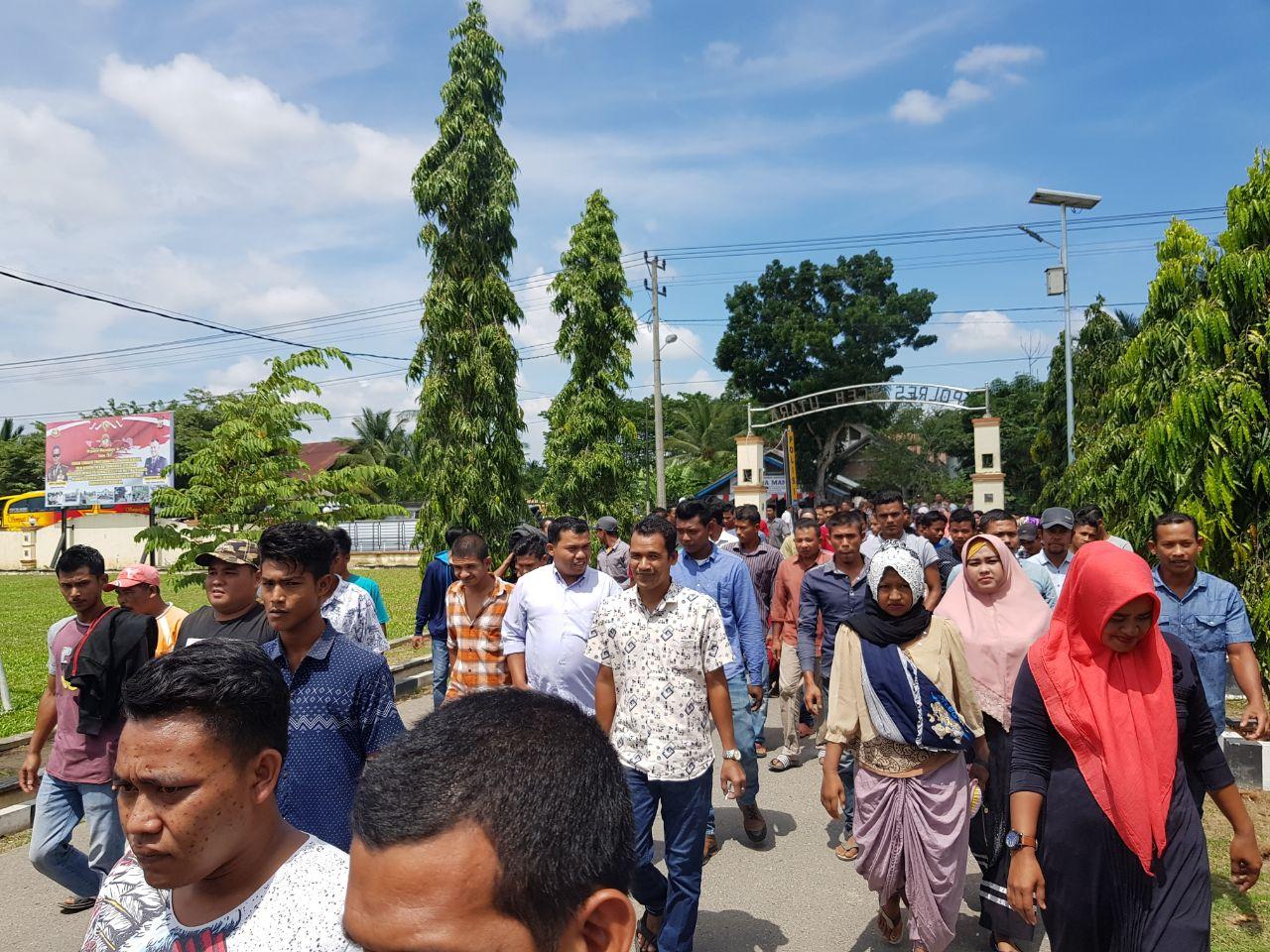 Terkait Kasus Ketua Pemudanya, Ratusan Warga Seulunyok Datangi Polres Aceh Utara