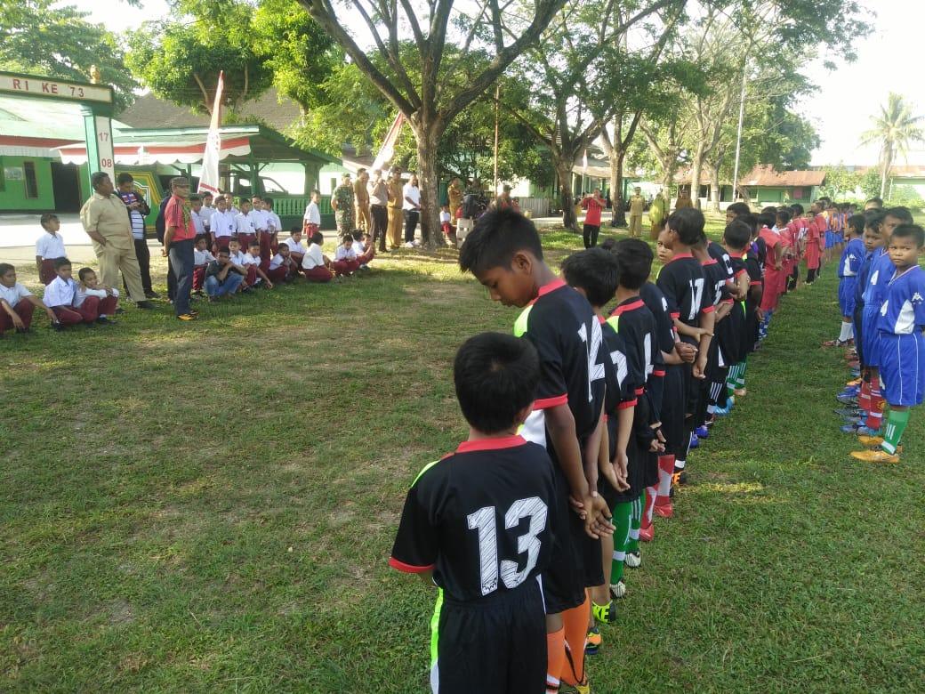 [Foto] Kapolsek Tanah Jambo Aye Buka Turnamen Sepak Bola Tingkat SD dan SMP