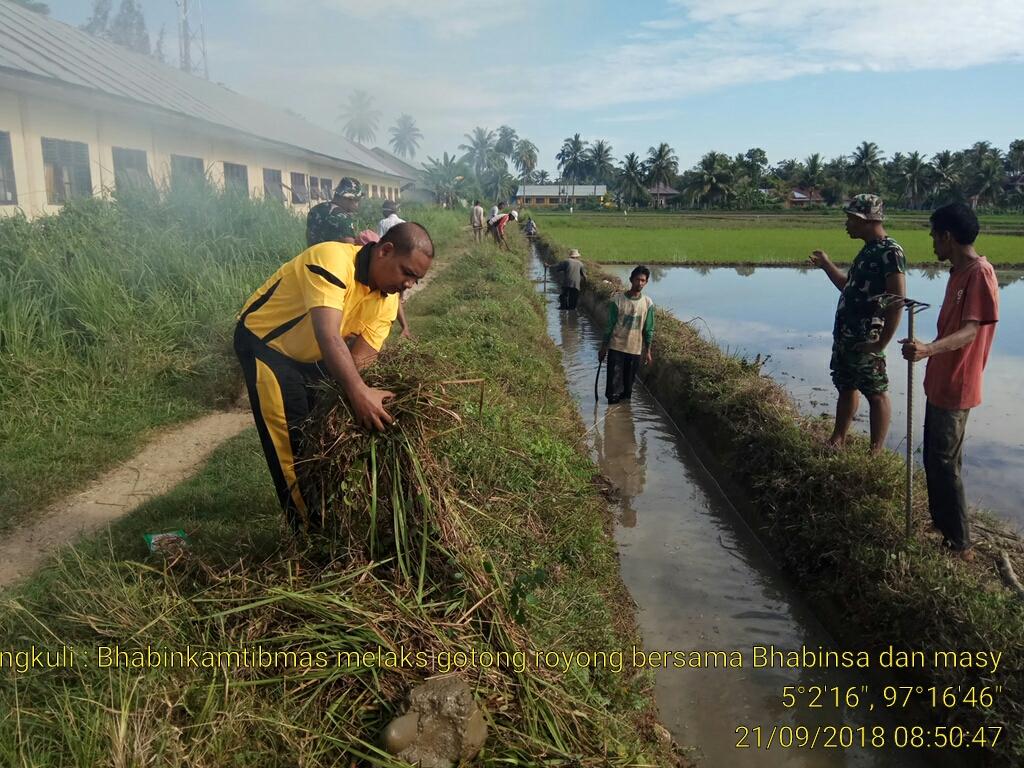 TNI-POLRI dan Masyarakat Gotong Royong Bersihkan Selokan di Matangkuli