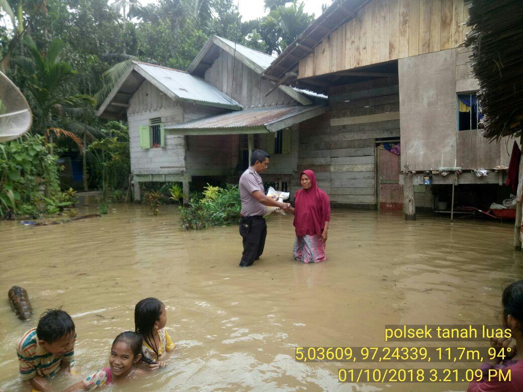 Polsek Tanah Luas Distribusikan Bantuan Beras ditengah Banjir
