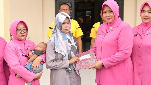 Keluarga Bripka Anumerta Faisal Terima Santuan Dari Bhayangkari Pengurus Pusat