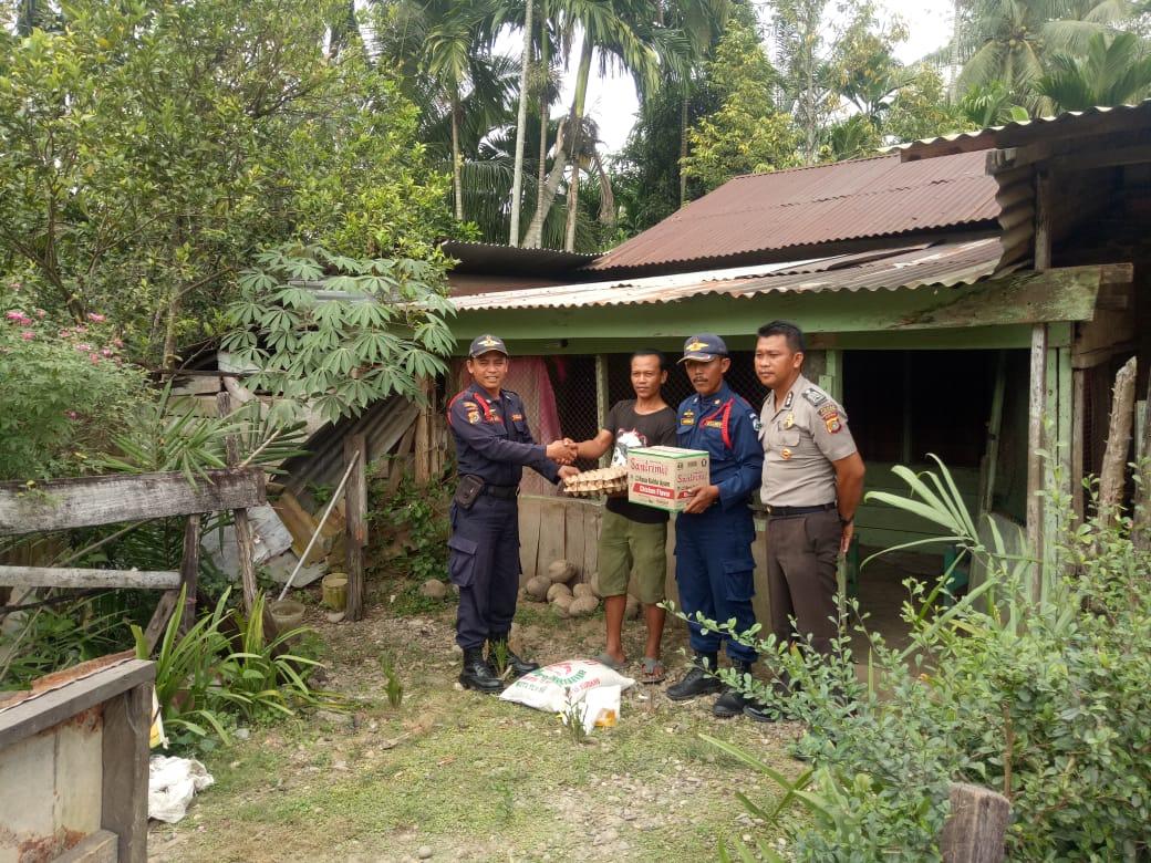 Polisi dan Satpam Bagi-bagi Sembako secara Door to Door di Aceh Utara