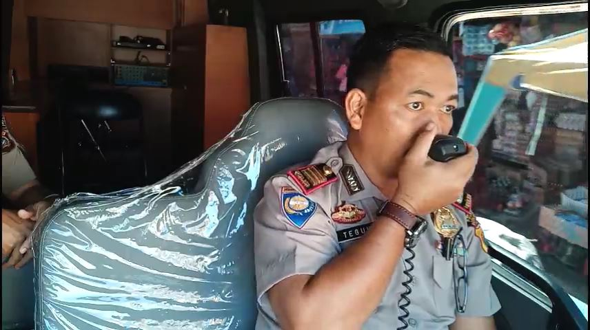 Polres Aceh Utara Keliling Imbau Warga Pasang Bendera Merah Putih