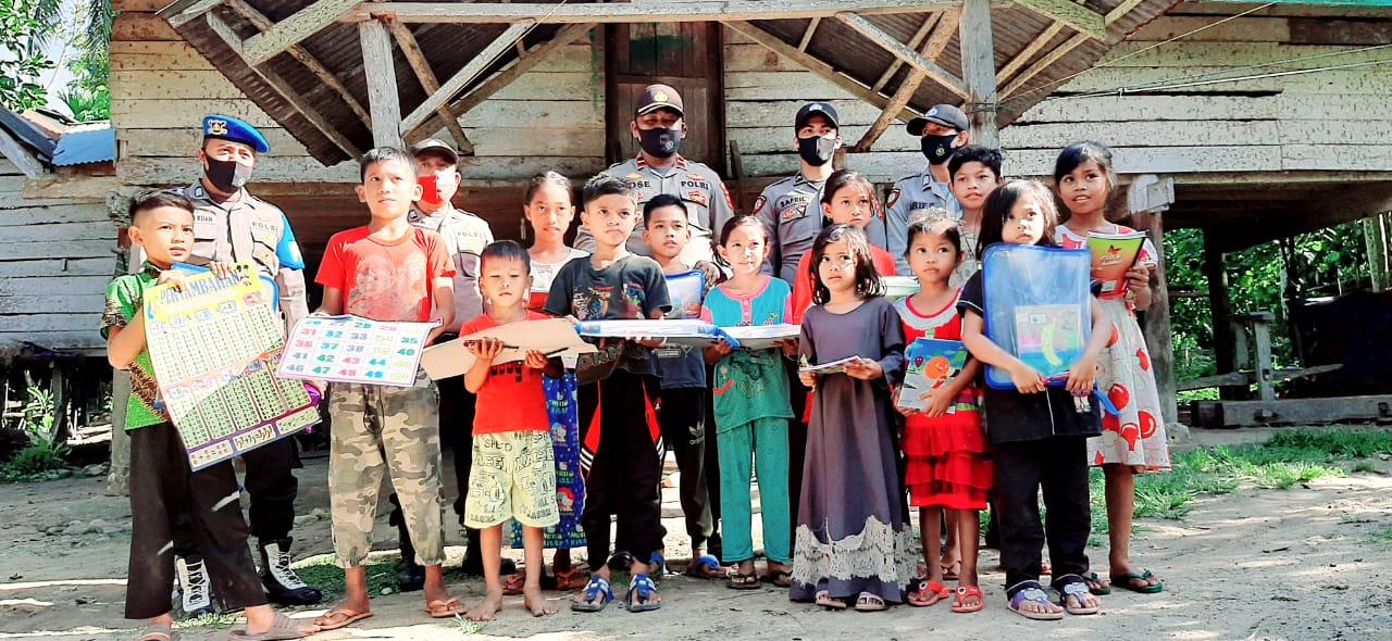 Sambut Hari Anak Nasional, Polsek Tanah Luas Bantu Anak di Pedalaman