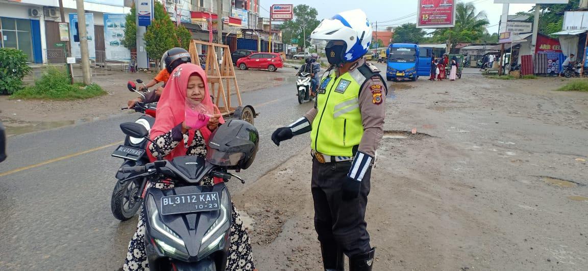 Foto : Pengguna Jalan Abaikan Protokol Kesehatan, Sat Lantas Bagikan Masker