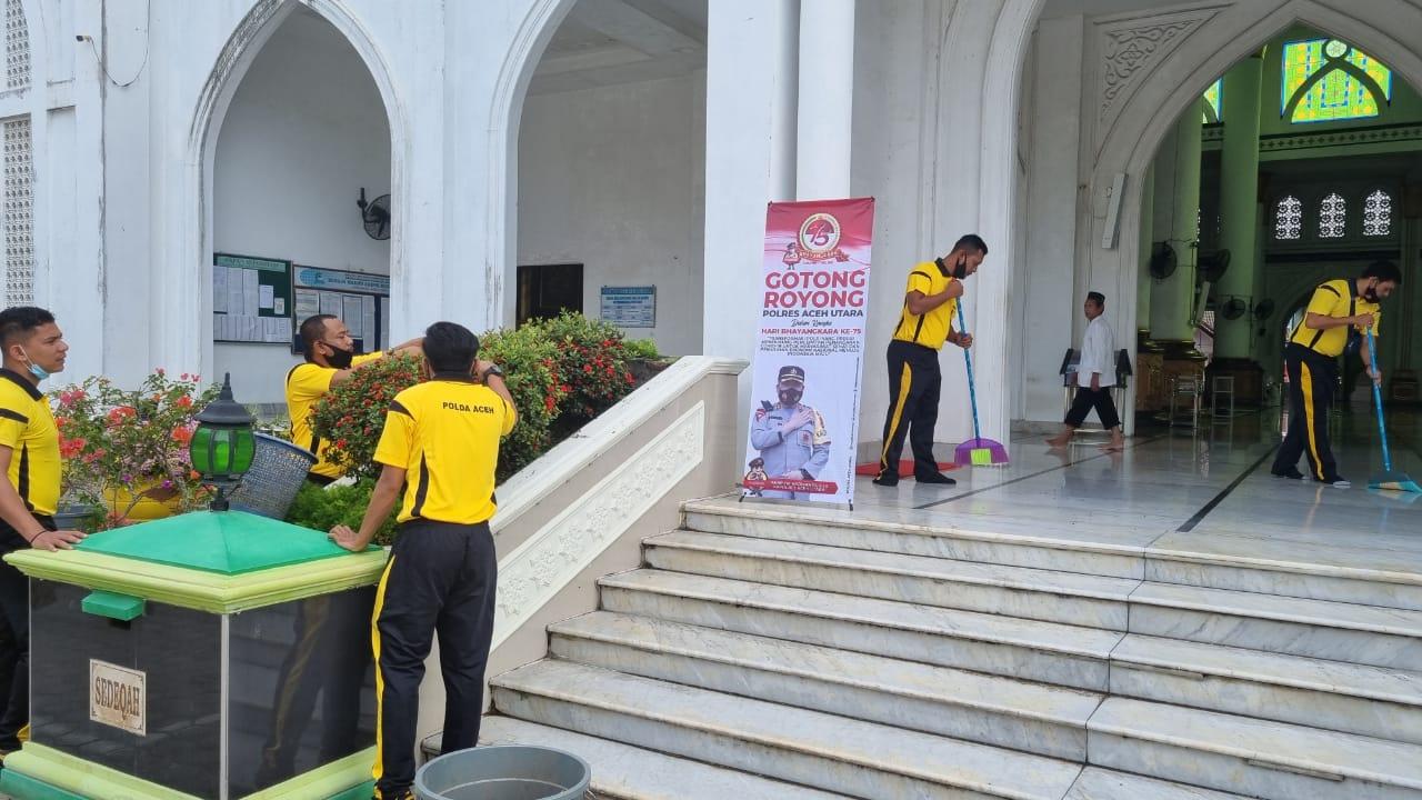 Polres Aceh Utara Gotong Royong Bersihkan 4 Masjid Besar