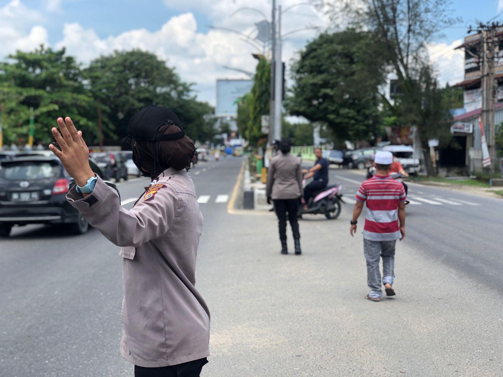 Ciptakan Rasa Aman Saat Beribadah Shalat Jum'at, Srikandi Polres Aceh Utara Lakukan Pengamanan