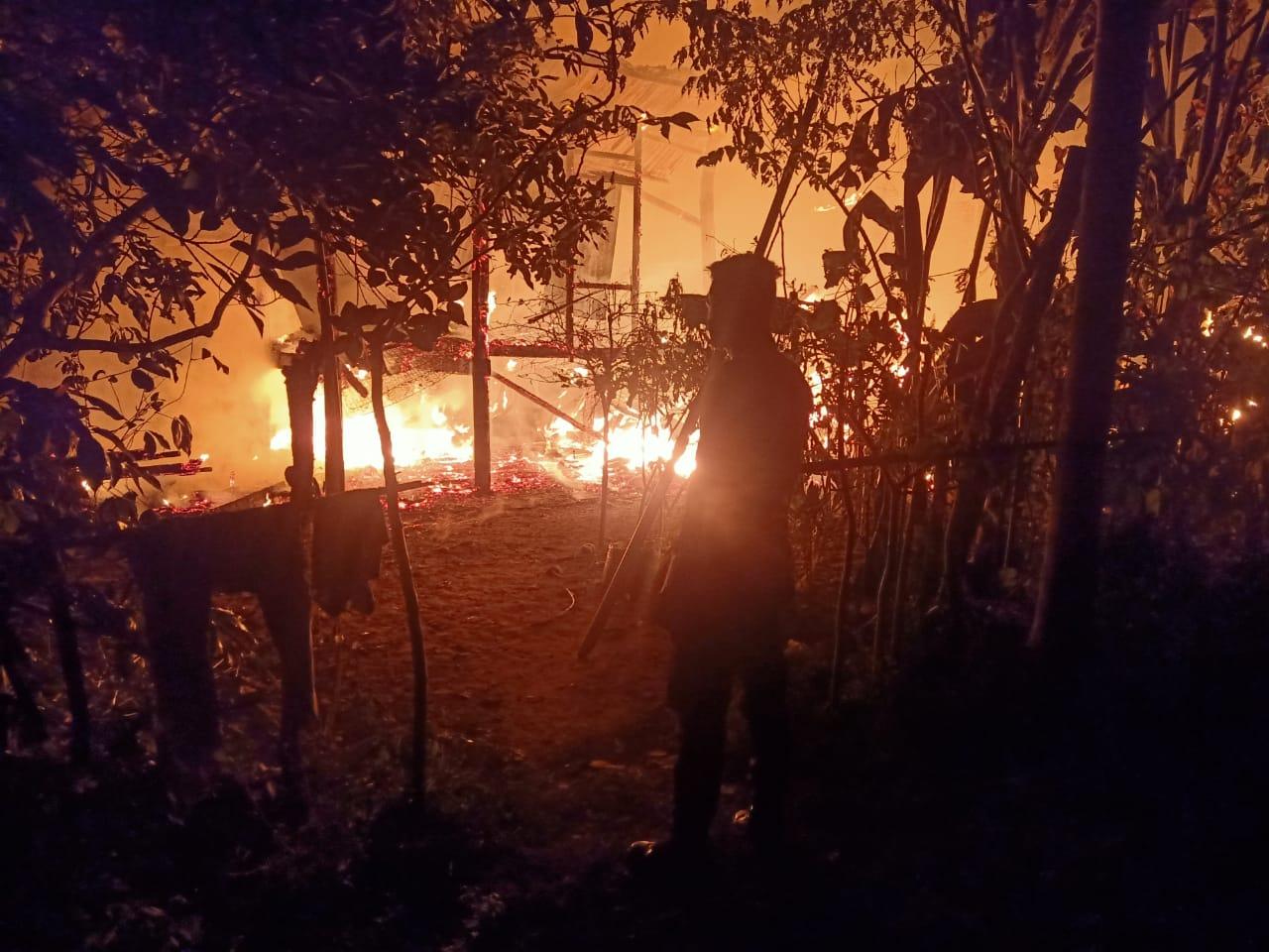 Api Musnahkan Rumah Panggung Milik Ilyas di Tanah Luas