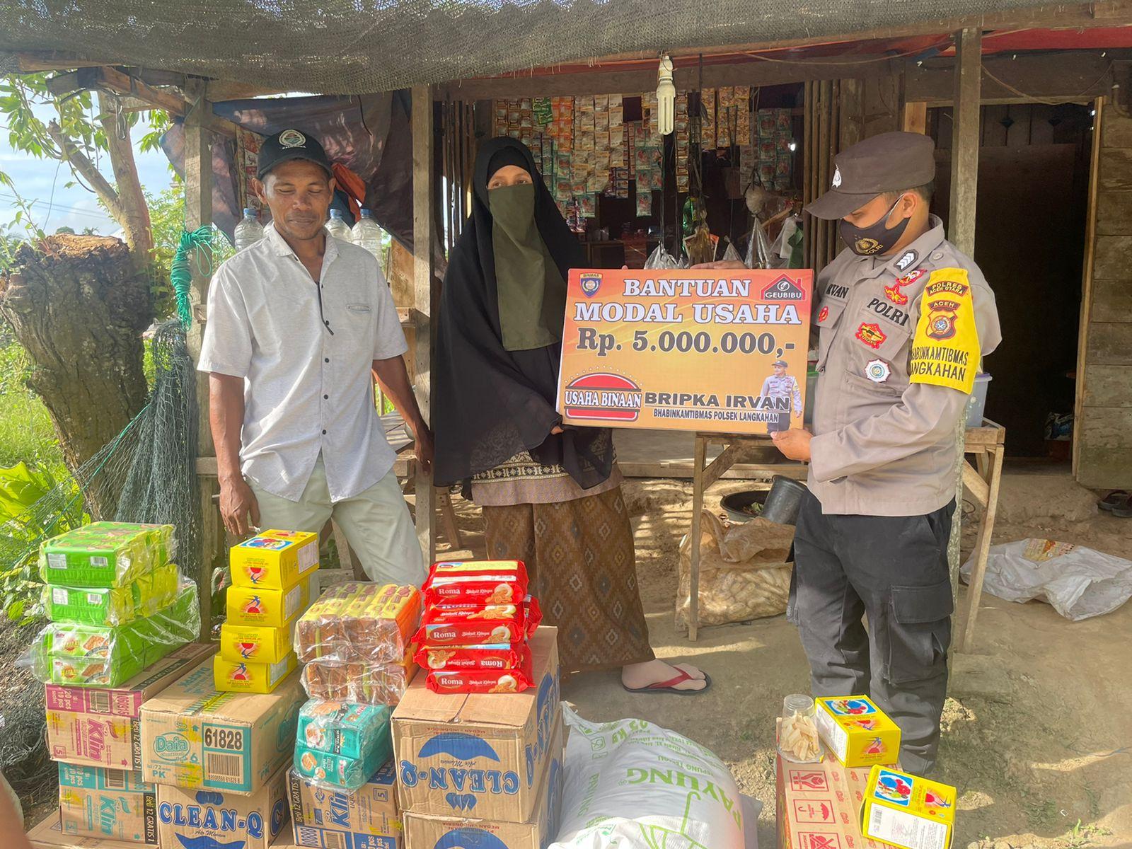 Prihatin dengan masyarakat desa binaannya, Bripka Irvan Bhabinkamtibmas langkahan berikan Bantuan Modal Usaha