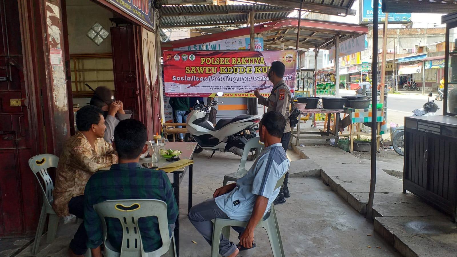 """Saweu Keude Kupi"" Jajaran Polsek Baktiya Polres Aceh Utara Terapkan Sosialisasi Vaksinasi Di kedai-kedai Kopi"